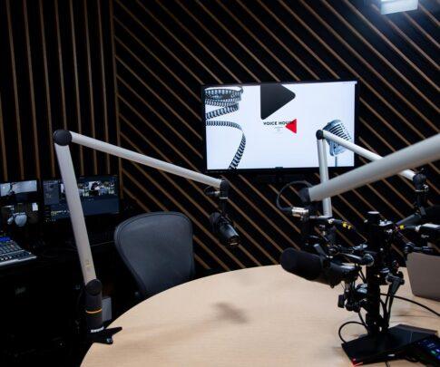 Voice House – studio i treść Jarosław Kuźniar media